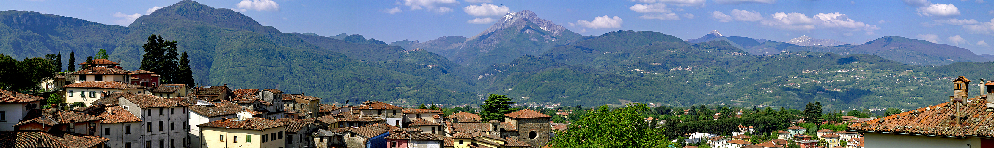 Photo panoramique de Barga et des Alpes Apuanes